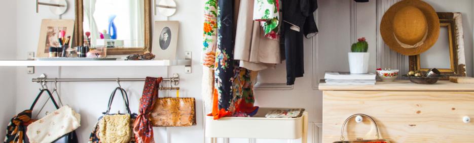 Príklad organizovaného šatníka so zrkadlom, policami a usporiadanými doplnkami.
